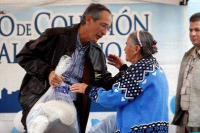 Bolsa Solidaria La bolsa solidaria, es un programa social coordinado por el Consejo de Cohesión Social, que está al servicio de los sectores más desposeídos de la sociedad guatemalteca y tiene como misión detener y eliminar la desnutrición aguda y crónica de las personas más pobres en Guatemala la cual consiste en una bolsa de alimentos que contiene los siguientes alimentos: 10 libras de arroz, 10 libras de frijol, 5 libras de harina de maíz, 5 libras atol nutricional, ½ galón de aceite de cocina.