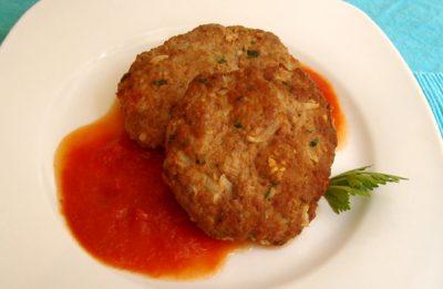 Tortitas de carne con salsa roja