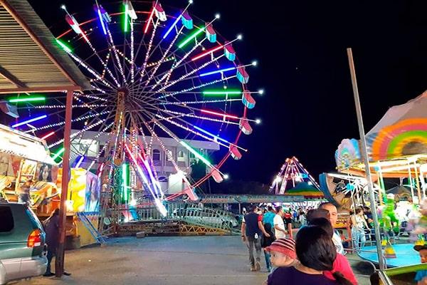 Descripción de foto - Feria municipal con juegos mecánicos durante la noche. - Crédito de foto - Municipalidad de Jerez 2020-2024