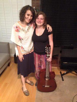 Cantante Dominique Hunziker junto a Gaby Moreno
