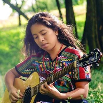 biografia-sara-curruchich-cantante-guatemalteca-cantautora-europa-disco-tukur