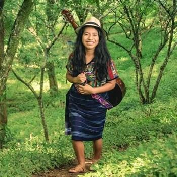 biografia-sara-curruchich-cantante-guatemalteca-internacional-colectivo-pueblos
