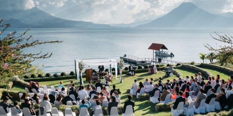 Descripción de foto - Boda civil frente al Lago de Atitlán, rodeado de amigos al aire libre y la pareja frente al abogado. - Crédito - Fotobookers. Com