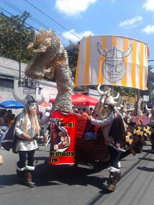 Desfile de Los Fieros de Villa Nueva en Guatemala
