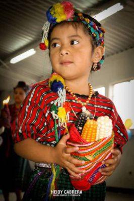 Niña vestida con traje típico para el día de la Virgen de Guadalupe