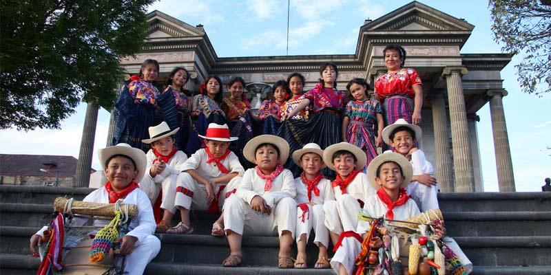 Niños con trajes típicos para el día de la Virgen de Guadalupe