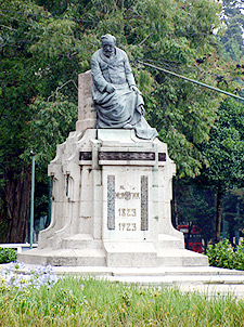 Dónde se encuentra el Monumento a Lorenzo Montúfar y Rivera Maestre