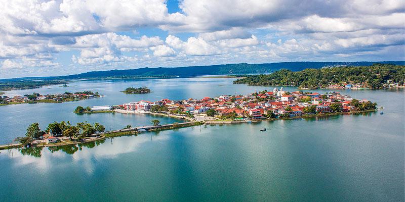 Isla de Flores ene el departamento de Petén