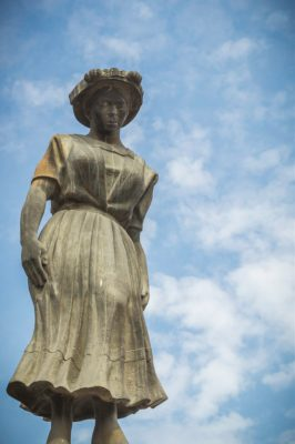 Monumento de Guatemala a la Marimba y mujer en Quetzaltenango