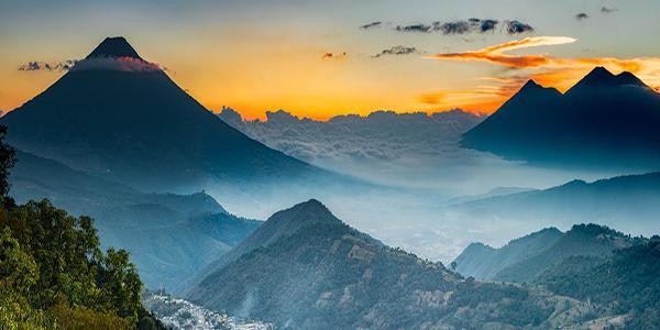Descripción de foto - Vista de paisaje de montañas, volcanes y cerros desde San Bartolomé Milpas Altas - Crédito de foto - Nery Mejía