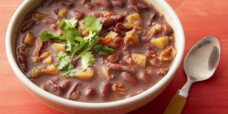 Receta para hacer sopa de frijol con chorizo de Guatemala