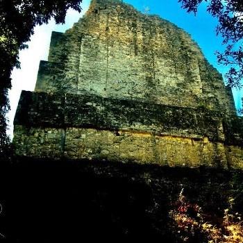 templo-vi-templo-inscripciones-tikal-peten-cresteria-escalinata
