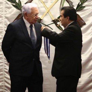 biografia-carlos-triana-locutor-guatemalteco-medalla-de-la-paz