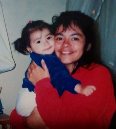 Descripción de la foto - Ana Lucía Martínez de pequeña, cargada en los brazos de su madre - Crédito - Ana Lucía Martínez