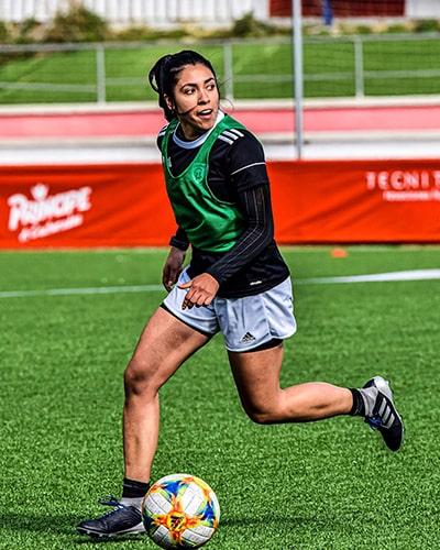 Descripción de la foto - Ana Lucía Martínez entrenando en el campo de Madrid Club de Fútbol Femenino - Crédito - Ana Lucía Martínez