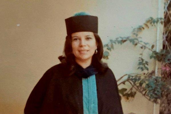 Carmen María Galo de Lara graduándose
