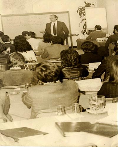 Diego Pulido durante clases de economía, Mis huellas memorias de un banquero