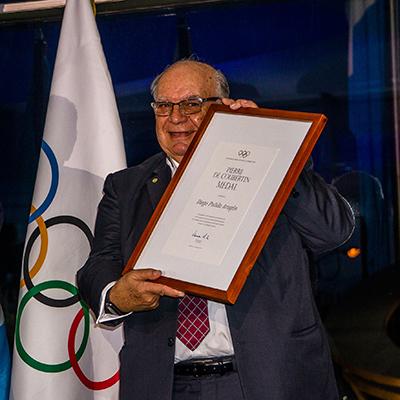 Diego Pulido en entrega de medalla, Foto por Fundación Olímpica Guatemalteca