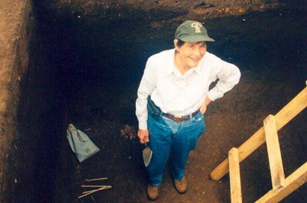 Dra. Hatch en sitio arqueológico, UVG