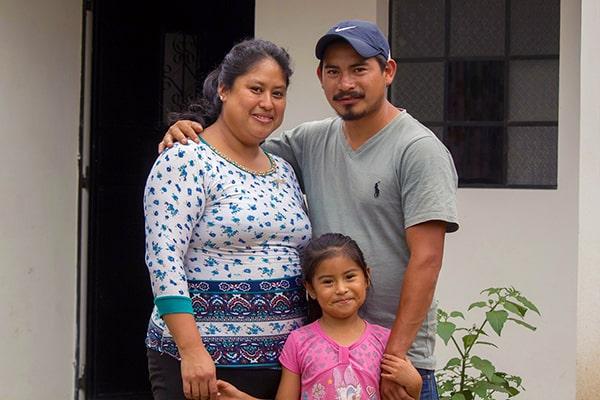 Familia guatemalteca en su hogar