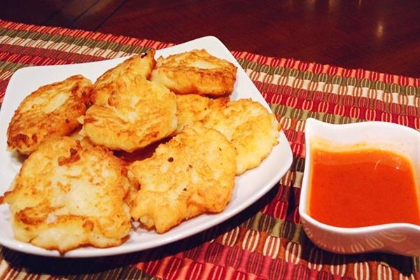 Tortitas de yuca con queso y salsa