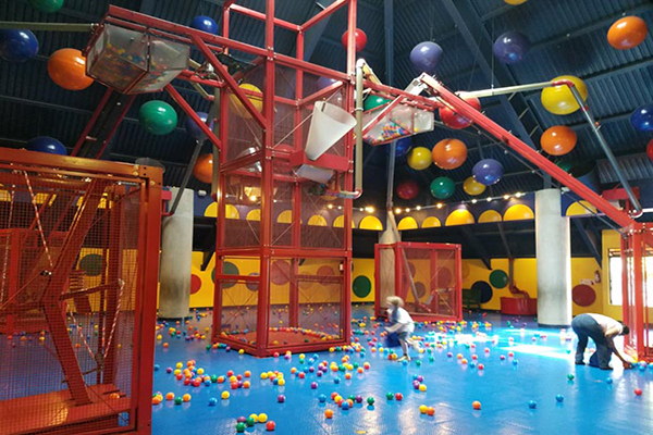Museo de los niños, juego de pelotas, Foto BridgeandTunnelClub