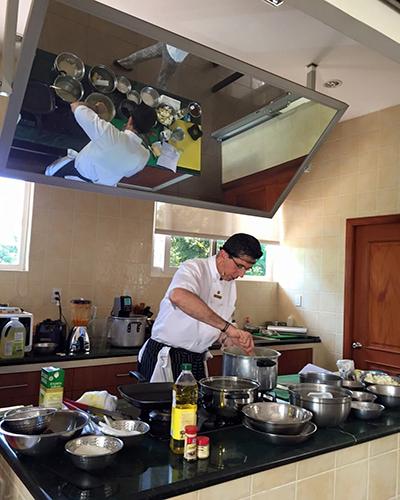 Biografía de Mario Campollo, chef guatemalteco, en acción - Foto Chef Mario Campollo Sarti