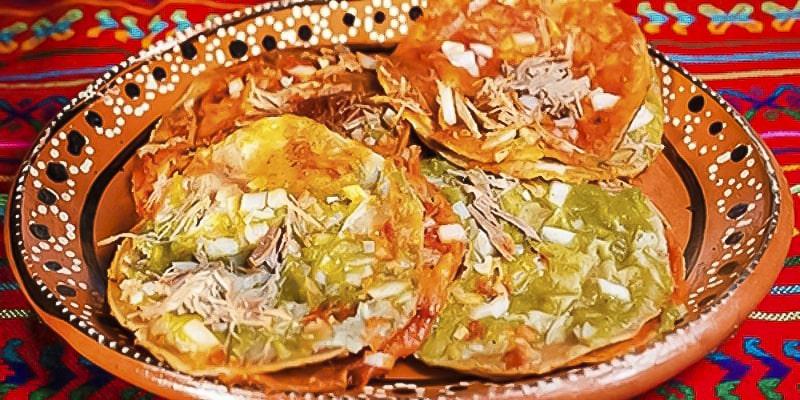 Chalupas de pollo guatemaltecas, mesa - Foto Suprema