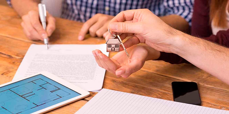 Requisitos para alquiler un apartamento en Guatemala -hombre-firmando-contrato-de-alquiler - Foto Telemundo