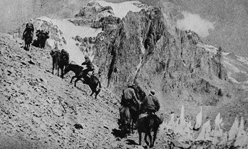Andinistas argentinos subiendo el Aconcagua a caballo, 1960 - Foto Links y sus banderitas