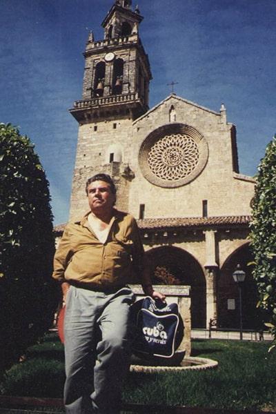 Biografía de Franz Galich - Descripción de la foto - Franz Galich con una iglesia gótica europea de fondo, en medio de un jardín - Foto Familia Galich