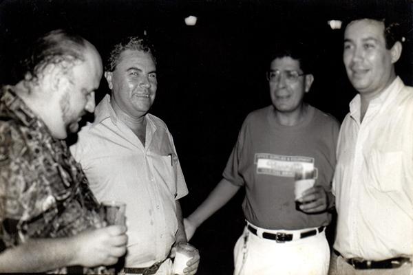 Biografía de Franz Galich - Descripción de la foto - Franz Galich en blanco y negro acompañado de unos amigos - Foto Dante Liano