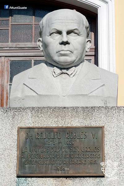 Biografía de Rodolfo Robles Valverde - Descricpión de foto Imagen monumento al doctor Rodolfo Robles Valverde - Crédito MuniGuate