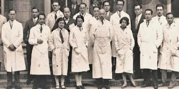 Biografía de Rodolfo Robles Valverde - Descricpión de foto Rodolfo Robles Valverde en una fotografía en Grupo en blanco y negro con otros médicos - Crédito Mariela Pérez