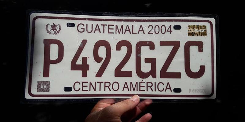 Cómo actualizar placas temporales a placas de metal en Guatemala