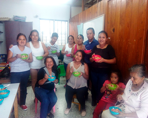 Descripción de foto - Alumnas de diferentes edades en taller de cocina - crédito Elena Bercián