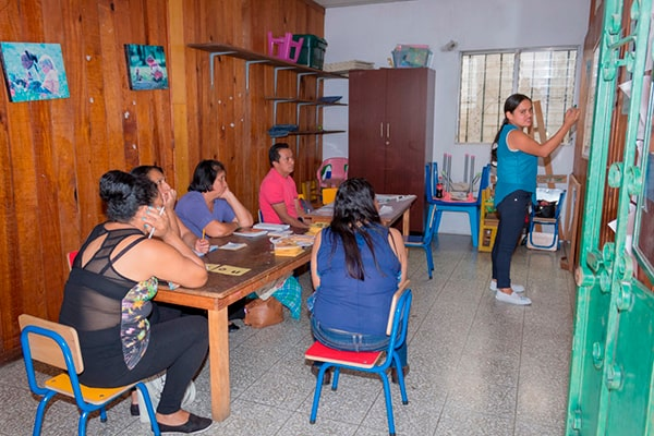 Descripción de foto - Alumnos adultos en clase con profesorad de Eduvida - crédito Elena Bercián