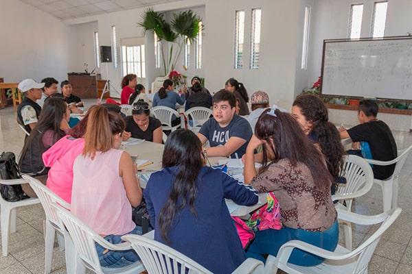 Descripción de foto - Alumnos trabajando en equipo junto a profesores de Eduvida - crédito Elena Bercián