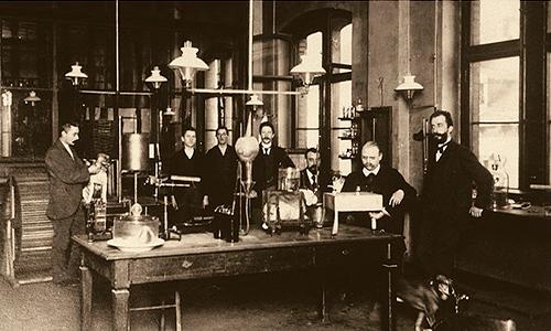 Descripción de foto - Escena del laboratorio y la fábrica con los científicos Friedrich Bayer y Johann Friedrich Weskott. - Crédito de la foto - World . - Crédito de la foto - Bayer Cono Sur