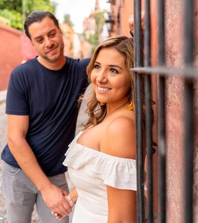 Descripción de foto Hombre viene, de forma enamorada, a una mujer en medio de la calle - Crédito de foto - Brecollie