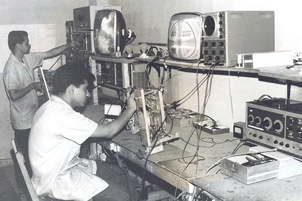 Descripción de foto - Primeros ensamblajes de productos electrónicos en Guatemala. - Crédito - Grupo Distelsa