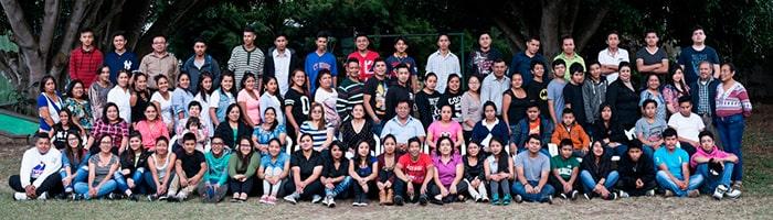 Descripción de foto - Profesores, alumnos y equipo de Eduvida posando para fotografía grupal - crédito Elena Bercián