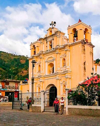 Descripción de la foto - Exterior de Iglesia de San Antonio Aguas Calientes de fachada amarilla, en medio de una plaza - crédito de la foto - @henry_99gt - Instagram
