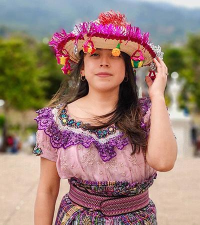 Descripción de la foto - Mujer vestida de corte usando un sombrerito de Esquipulas - crédito Bferguti Photography