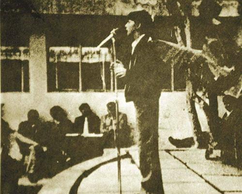 Descripción de la foto Ricardo Arjona en el escenario del San Sebastián tocando frente al público - Crédito Jose Rodolfo Vizcaino Freyre
