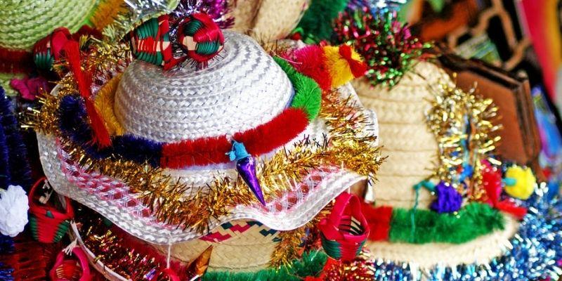 Descripción de la foto - Sombreritos de Esquipulas de diferentes colores adornados con canastitas y lazos de otros colores. - crédito Guatemala Bella