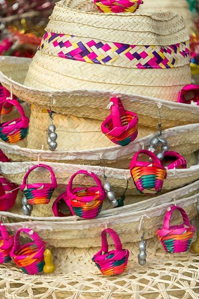 Descripción de la foto - Varios sombreritos de Esquipulas apilados unos encima de otros. - Crédito - Maynor Marino Mijangos