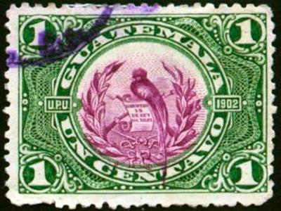 Descripción de la foto - primer sello con el Quetzal, en alianza con la U.P.U, impreso en color verde y el ave nacional en magenta - crédito de la foto - Tera Miller