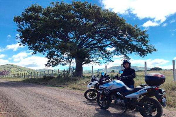Historia de la Ceiba pentrada de Chiquimula - descripción de la foto - Guatemalteco en motocicleta detrás de la Ceiba de Ipala - crédito Erick B. - Facebook