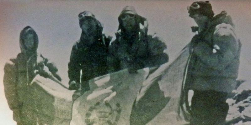 Montañistas guatemaltecos en el Aconcagua sosteniendo la bandera de Guatemala en 1965 - Foto Carlos Prahl